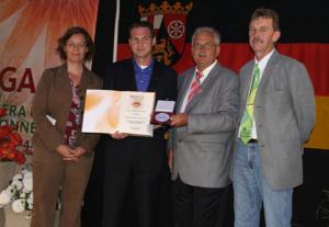 Eingerahmt von Frau Dr. Gossen und den Vertretern des Preisgerichtes bekam Christian Smedla den Ehrenpreis und eine der vielen Goldmedaillen überreicht.